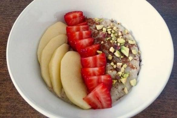 porridge clásico con fruta y pistachos