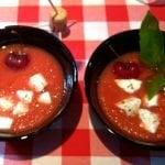 Gazpacho con cerezas y taquitos de mozzarella
