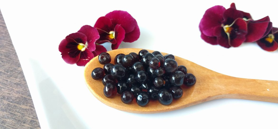 Balsamic vinegar pearls: a spectacular decoration