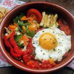 Huevos rancheros con verduras variadas y gordita vegana con semillas de lino