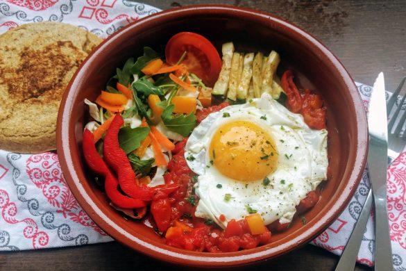 huevos rancheros con verduras y gordita con semillas