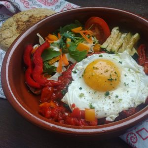 Huevos rancheros con verduras y gordita