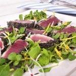 Tataki de atún con sésamo negro