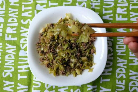 Bol de col, carne picada y especias